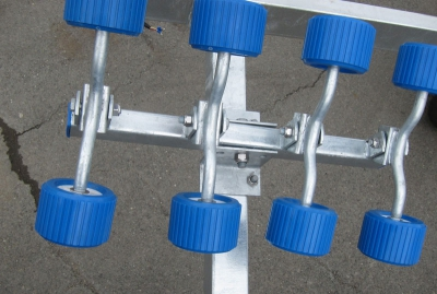 Прицеп для катера на три оси, 52 ролика с тормозной системой